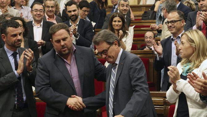 Encaixada de mans entre Mas i Junqueras un cop aprovada la resolució del 9-N. (Foto: EFE)