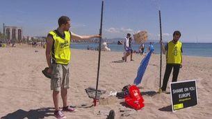 Acció a la platja de Barcelona pel Dia del Refugiat