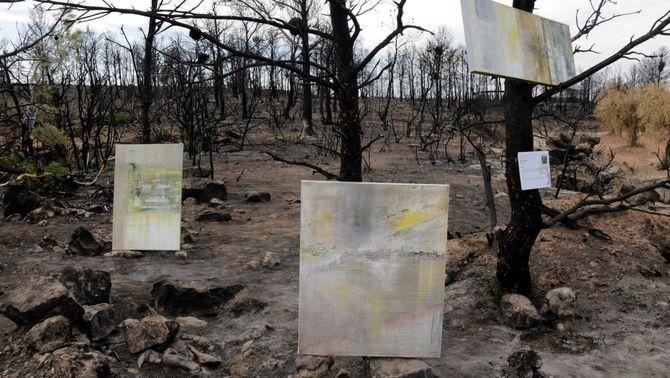 Pla general dels tres quadres de pintura abstracta que formen l'obra de l'artista Emília Fíguls a la iniciativa Cendrart a Maials, el 6 d&…