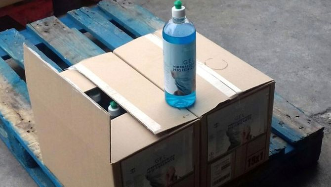 Els Mossos troben a Rubí 1.600 litres de gel fals contra el coronavirus