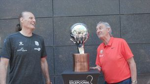 La broma de Pesic a Ivanovic amb el trofeu de l'ACB