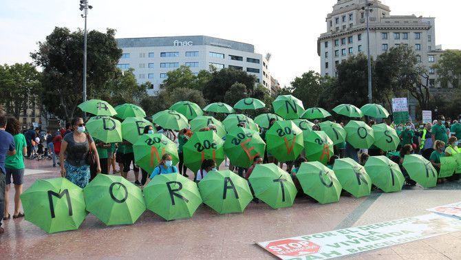 Activistes amb paraigües verds oberts reclamen una nova moratòria