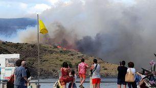 El foc es veu des de Portbou i les poblacions de l'entorn