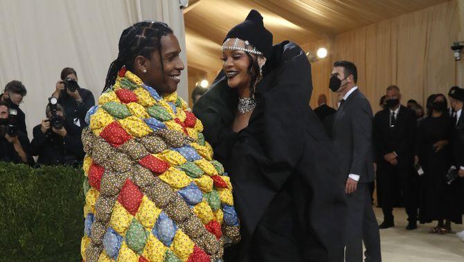 Rihanna acompanyada del raper ASAP Rocky, que han posat el llistó molt alt (Reuters/Mario Anzuoni)