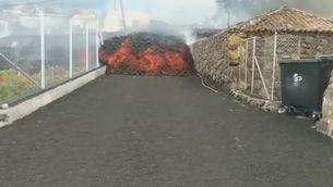 La lava del volcà de La Palma s'acosta al mar, on pot haver-hi explosions