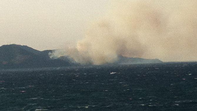 Incendi que crema a Portbou vist des del Port de la Selva (Foto: ACN)