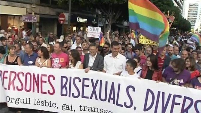 Milers de persones en el dia de l'orgull LGTB a València després de la polèmica del cartell