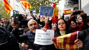 """Estelades i crits de """"Visca Espanya!"""" a la sortida de Puigdemont del Club de Premsa"""