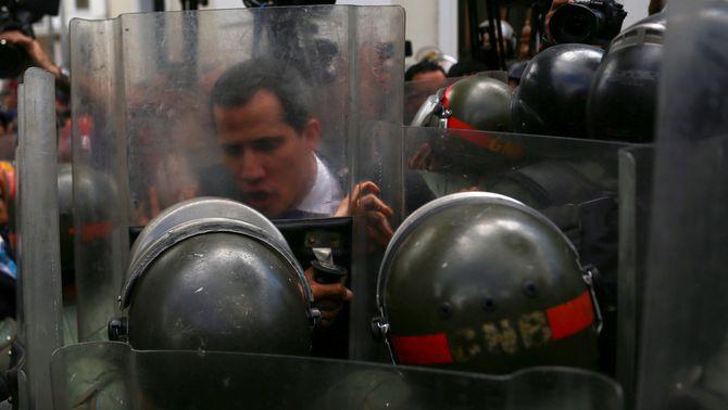 """L'autoproclamat """"president interí"""" de Veneçuela, Juan Guaidó, ha aconseguit superar el cordó de seguretat que ha format la Guàrdia Na…"""