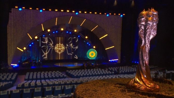 L'estatueta dels premis Gaudí en primer pla amb l'escenari de la gala, de fons
