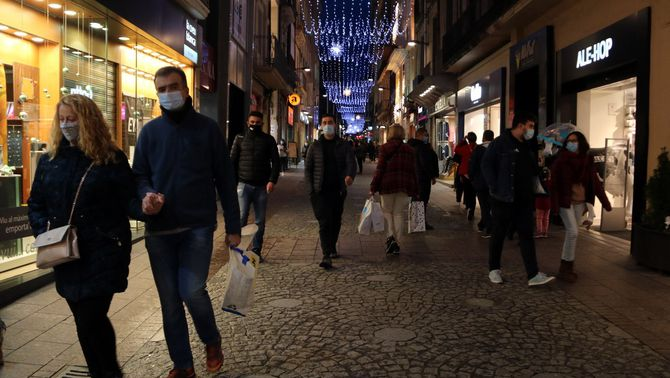 Compradors en un dels carrers comercials de Reus