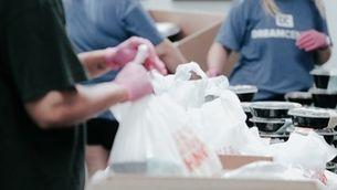 Voluntaris en un banc d'aliments