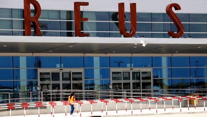 Una treballadora davant de la nova terminal de l'aeroport de Reus