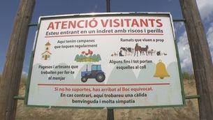 El cartell de Marçà que alerta als visitants de la vida que hi ha a la vila