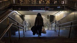 Una usuària entra al metro de Barcelona des de la Rambla, en una imatge d'arxiu