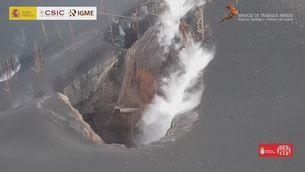 Imatges d'una de les boques del volcà de La Palma més a prop que mai