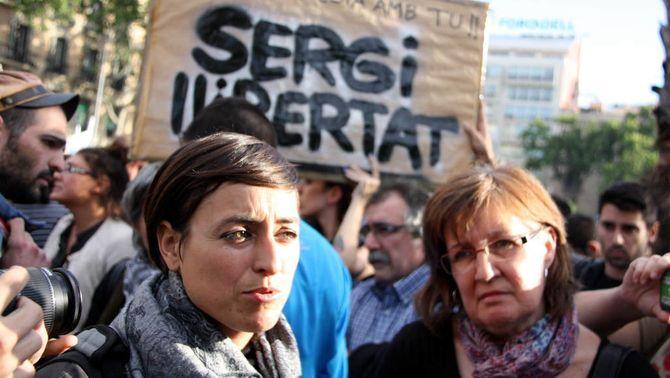 L'advocada de Sergi Rubia, Nacheli Beas, i la seva mare, Magda Olives, amb una pancarta de fons que en reclama la posada en llibertat. (Foto: A…