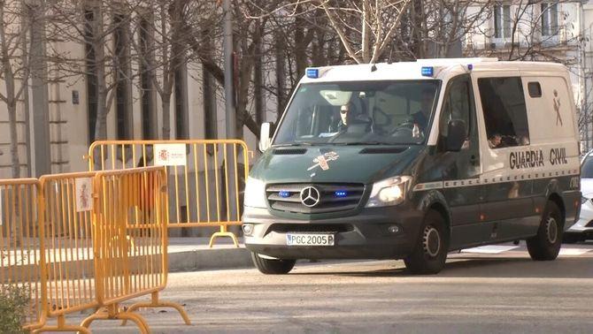 Arribada als calabossos de l'Audiència Nacional un dels transports que porten Sànchez o Forn