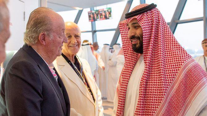 El rei emèrit d'Espanya, Joan Carles I, conversa amb el príncep hereu de l'Aràbia Saudita, Mohamed bin Salman, aquest diumenge, durant el …