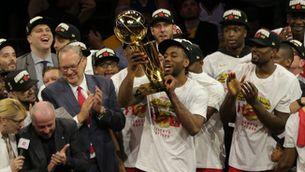 Kyle Lowry, rodejat dels seus companys, aixeca el trofeu Larry O'Brien, que acredita els Raptors com a campions de l'NBA