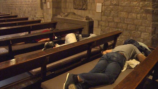 Joves dormint de dia a la parròquia de Santa Anna, al centre de Barcelona