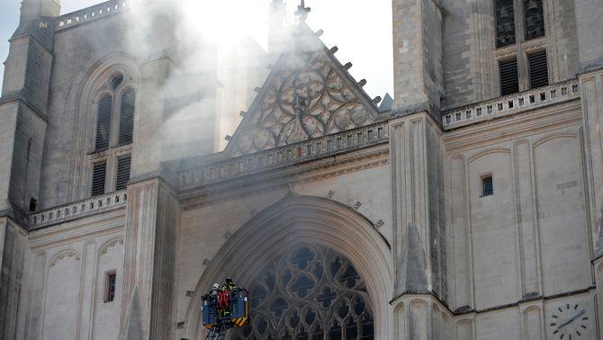 El foc, que ha pres a l'interior del temple, està afectant l'estructura del teulat de fusta (Reuters/Stephane Mahe)