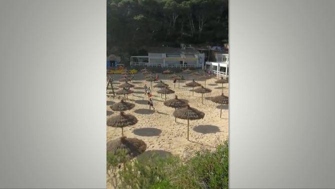 Cues i corredisses de banyistes per aconseguir el millor lloc a platges de Begur