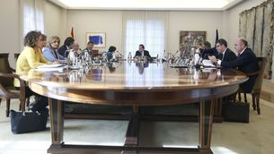 La Moncloa cessa per decret el director dels Mossos i tanca les delegacions a l'exterior