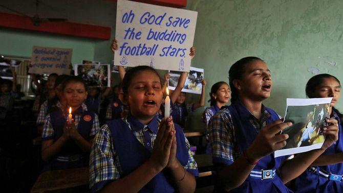 Resen en una escola d'Ahmedabad, a l'Índia, pels nois atrapats a Tailàndia (Reuters)