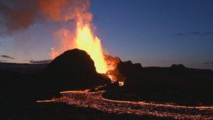 El volcà d'Islàndia es converteix en un estil guèiser visible des de Reykjavík