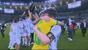 Abraçada històrica i plena de sentiments entre Messi i Neymar