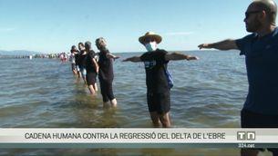 Una cadena humana contra la regressió del delta de l'Ebre
