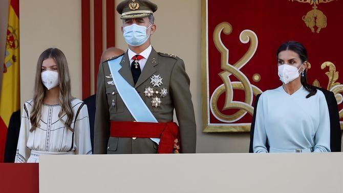 La infanta Sofia, el rei Felip i la reina Letícia en la desfilada militar del 12-O