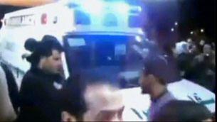 Una ambulància trasllada ferits en les protestes de Líbia.