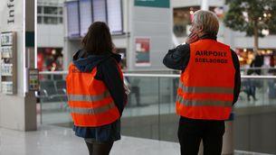Dos treballadors a l'aeroport de Düsseldorf (Reuters)