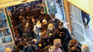 L'activista ha sortit del tren nocturn que l'ha portada de Lisboa envoltada de policia i mitjans de comunicació (Reuters)