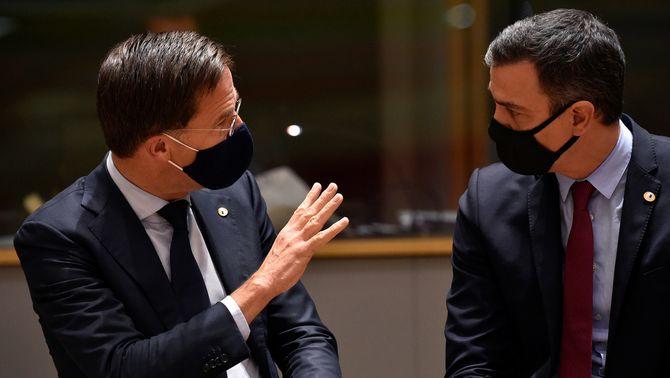 El primer ministre holandès, Mark Rutte, parlant amb el president del govern espanyol, Pedro Sánchez