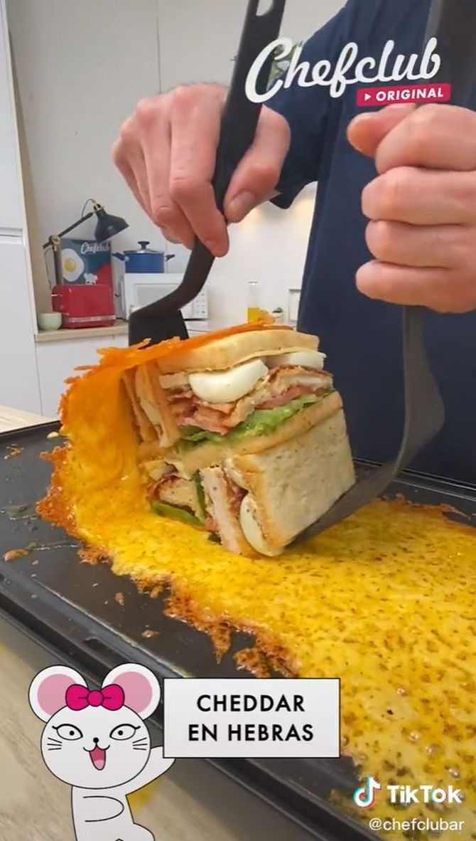 Embolica un sandvitx gegant amb una capa de formatge fos