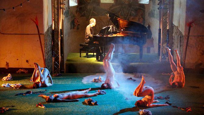 Pla general d'una escena del ballet 'Els focs de Sant Joan' que s'ha representat en el marc del Dansàneu el 29 de juliol del 202…