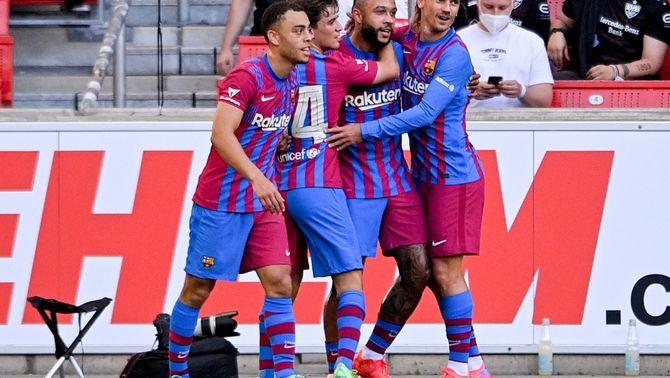 Els jugadors del Barça celebrant el gol de Memphis