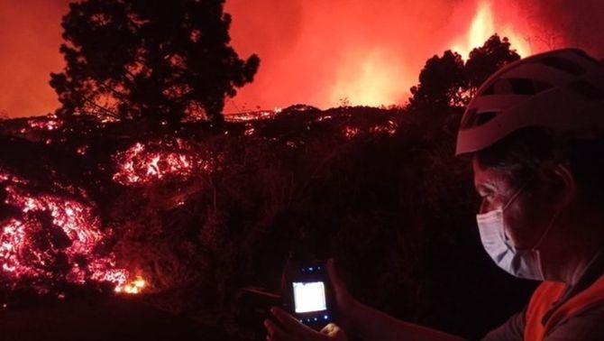 Efectius de l'Involcan monitoritzen l'evolució de la colada del volcà Cumbre Vieja (EFE/Involcan)