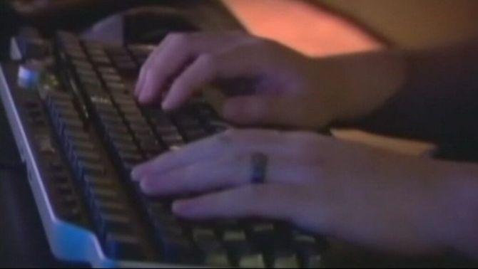 El noi empresonat utilitzava internet per assetjar les menors d'edat.