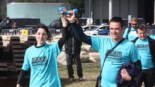 Una parella de participants en el Correscales 2016 arribant a la porta principal del MWC a la plaça d'Europa de l'Hospitalet (ACN)