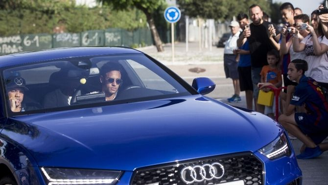 Neymar comunica als seus companys que marxa del Barça per fitxar pel PSG