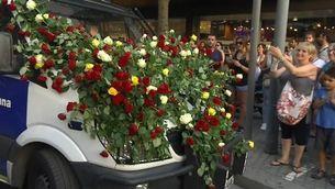 Flors a les furgonetes de la policia