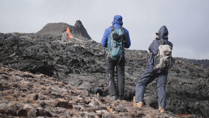 Milers de persones van a les noves colades de lava a Islàndia