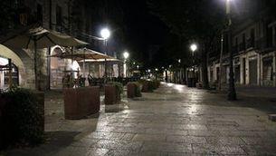Rambla de Girona, de nit, buida, durant el toc de queda