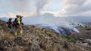Bombers observen com la lava del Cumbre Vieja es desplaça per Todoque