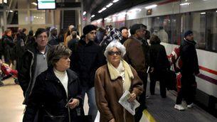 Imatges d'arxiu de passatgers a l'estació de Sants (Foto: EFE)