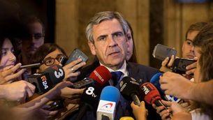 Daniel de Alfonso atenent els periodistes després de comparèixer al Parlament dijous passat (EFE)